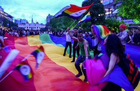 Ban tre tung co cau vong LGBT tren pho di bo Nguyen Hue hinh anh 4