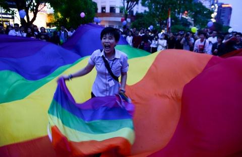 Ban tre tung co cau vong LGBT tren pho di bo Nguyen Hue hinh anh 5