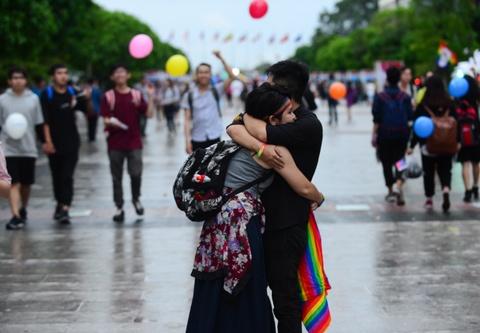 Ban tre tung co cau vong LGBT tren pho di bo Nguyen Hue hinh anh 9
