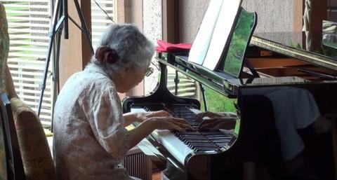 Cu ba 85 tuoi van choi piano dieu luyen thu hut 3 trieu luot xem hinh anh