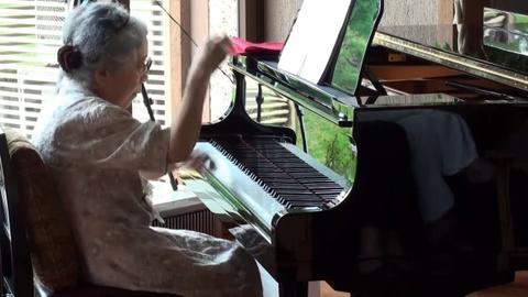 Cu ba 85 tuoi gay choang ngop khi choi piano qua dieu luyen hinh anh
