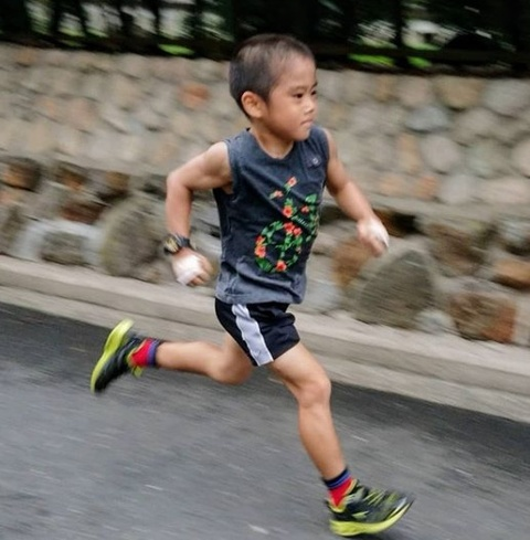 Ly Tieu Long nhi: 5 tuoi co co bung 6 mui, tap vo theo che do ha khac hinh anh 6
