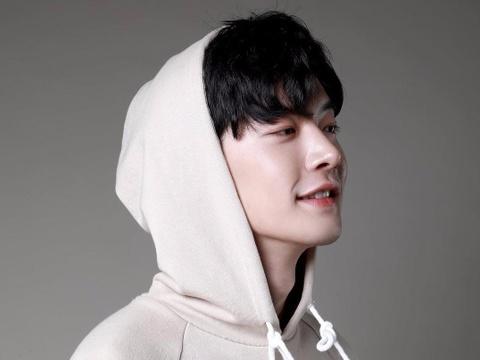 'Soai ca' Han Quoc khien Min muon hon trong MV moi la ai? hinh anh