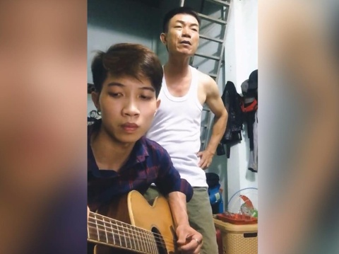 Chang trai Binh Phuoc dem guitar cho cha hat 'Ngam hoa le roi' hinh anh