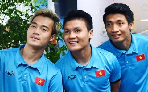Bui Tien Dung: 'Van Toan hay mac quan ao xanh, do, tim, vang' hinh anh