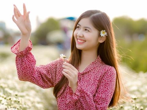 'Hot girl chan khoeo, mat lac' khoe ve dep trong treo ben cuc hoa mi hinh anh
