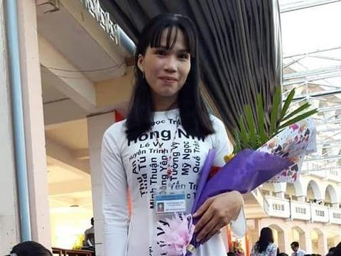 Cô chủ nhiệm ở Cần Thơ in tên 40 học sinh lên áo dài