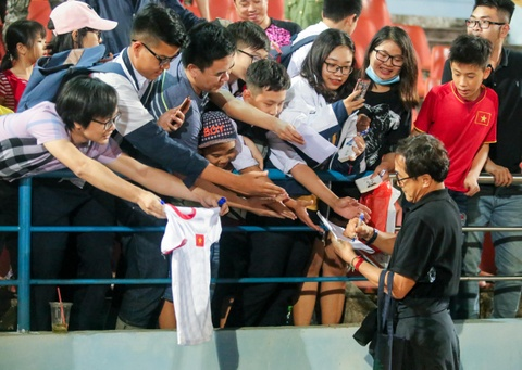 Van Toan duoc fan to chuc sinh nhat som sau tran thua Hai Phong hinh anh 10