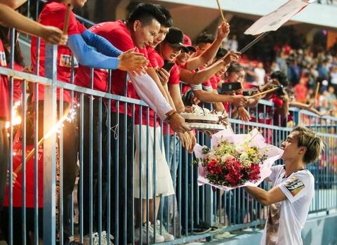 Van Toan duoc fan to chuc sinh nhat som sau tran thua Hai Phong hinh anh 6