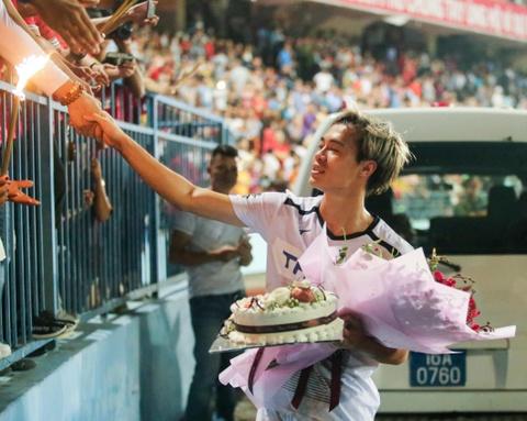 Van Toan duoc fan to chuc sinh nhat som sau tran thua Hai Phong hinh anh 7