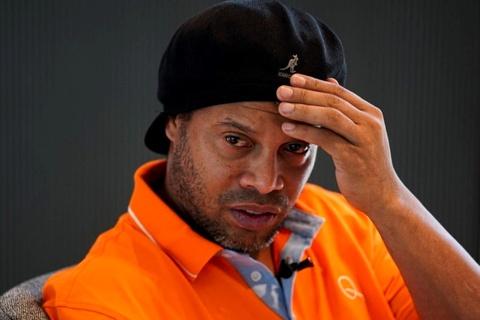 Cuu giam doc Real Madrid: 'Hay de Ronaldinho duoc yen' hinh anh