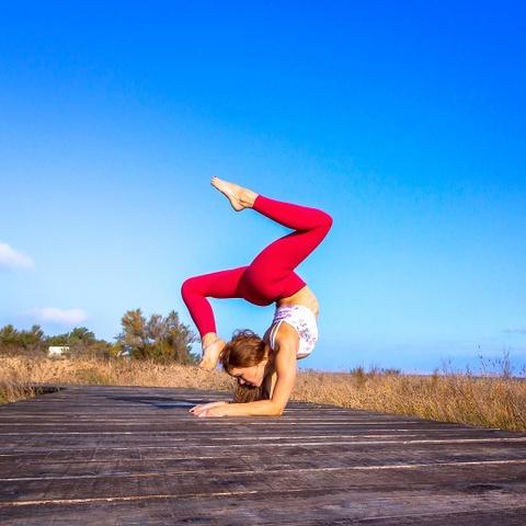 Nu phi cong di khap the gioi chup anh luyen yoga hinh anh 8