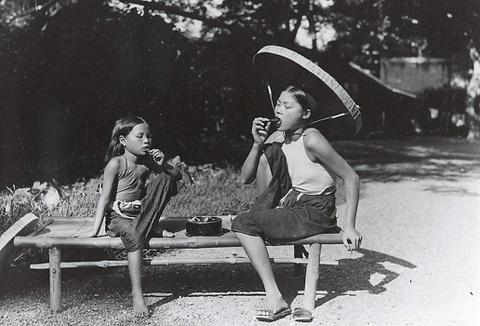 Văn hóa xỉa răng, ngồi xổm, cười to của người Việt đến từ đâu?