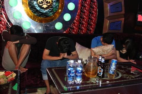 Lai phat hien nhom nam nu 9X cung 'bay' tai karaoke Pha Le hinh anh