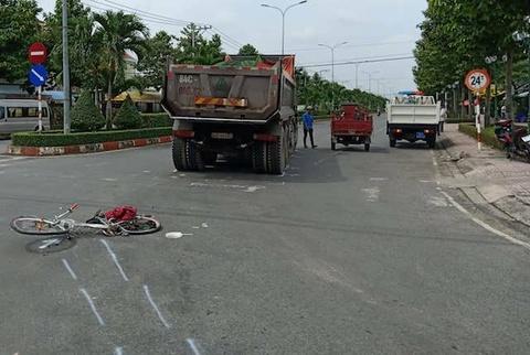 Va chạm với xe tải chở đá, nam sinh lớp 6 bị dập nát chân