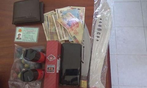 9X mua pháo nổ để bán lấy tiền lãi xài Tết