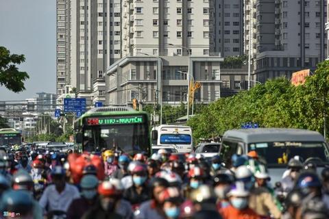 Bao giờ các trục đường nối quận 7 với trung tâm Sài Gòn hết kẹt cứng