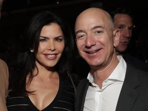 Mua he hao nhoang cua ty phu so mot the gioi Jeff Bezos va nhan tinh hinh anh