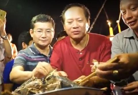 Bo truong Thong tin va Truyen thong an ca tren tau cua ngu dan hinh anh