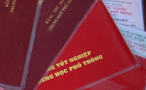 Nguoi phu nu 30 tuoi lam bang gia tot nghiep cho 12 can bo xa hinh anh