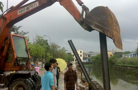 Đóng cọc sắt gia cố tạm bờ kè bị sạt lở ở Thành cổ Quảng Trị