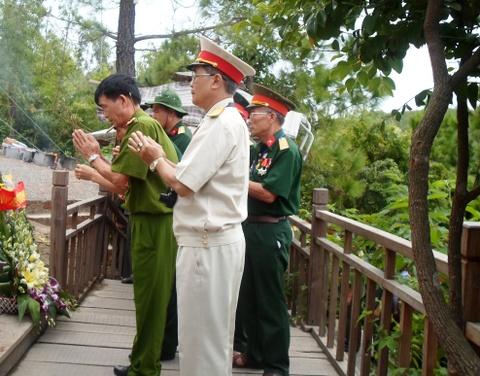 Hang chuc nghin nguoi vieng mo Dai tuong dip 27/7 hinh anh