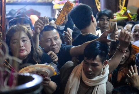 Ấn đền Trần mang lại lợi ích gì, sao đám đông phải xô đẩy, giành giật?