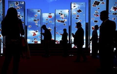 Vi sao ban khong the roi chiec smartphone? hinh anh 2
