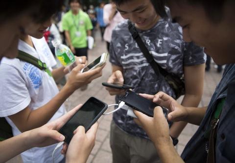 Vi sao ban khong the roi chiec smartphone? hinh anh 1