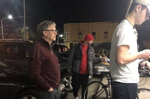 Bill Gates xep hang mua thuc an nhanh hinh anh
