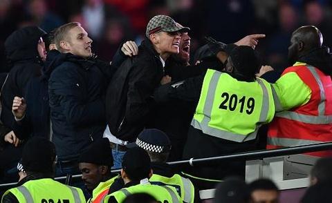 Co dong vien Chelsea au da voi West Ham sau tran thua hinh anh