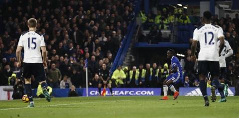Nguoc dong ha Tottenham, Chelsea tro lai ngoi dau bang hinh anh 8