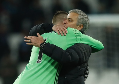 Mourinho om chat 'nguoi hung' De Gea sau tran thang hinh anh 14