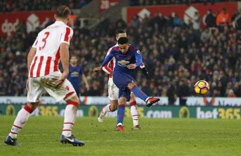 Rooney pha 2 ky luc lien tiep sau tran hoa Stoke hinh anh 9