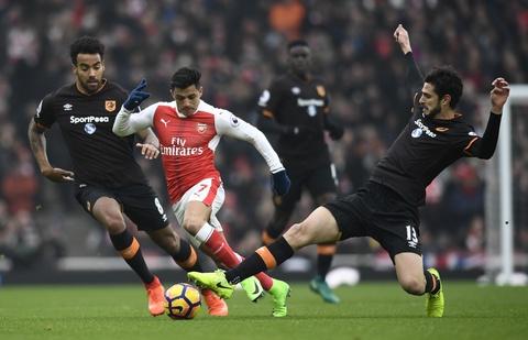 Tai hien 'ban tay cua Chua', Sanchez giup Arsenal co 3 diem hinh anh 2