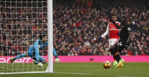 Tai hien 'ban tay cua Chua', Sanchez giup Arsenal co 3 diem hinh anh 3