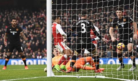 Tai hien 'ban tay cua Chua', Sanchez giup Arsenal co 3 diem hinh anh 5