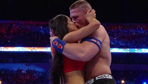 Man cau hon lang man cua sieu sao WWE voi ban gai tren san dau hinh anh
