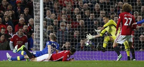 Ibrahimovic lap cong giup MU thoat thua Everton hinh anh 10