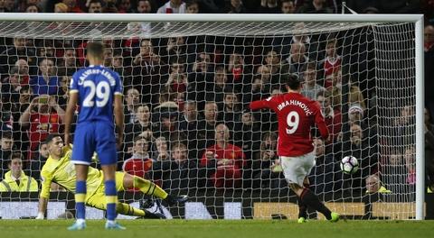 Ibrahimovic lap cong giup MU thoat thua Everton hinh anh 13