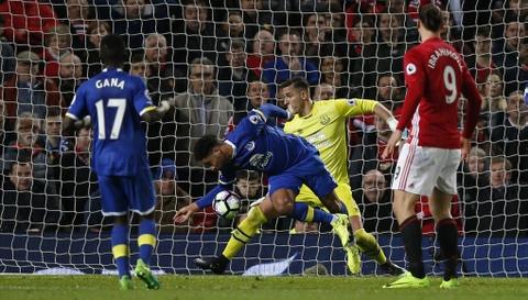Ibrahimovic lap cong giup MU thoat thua Everton hinh anh 12