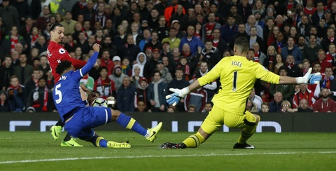 Ibrahimovic lap cong giup MU thoat thua Everton hinh anh 3