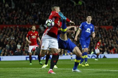 Ibrahimovic lap cong giup MU thoat thua Everton hinh anh 5