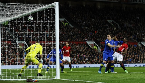 Ibrahimovic lap cong giup MU thoat thua Everton hinh anh 9