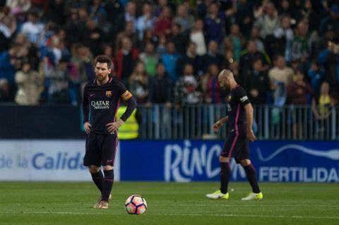 Neymar nhan the do, Barca thua soc Malaga hinh anh 10