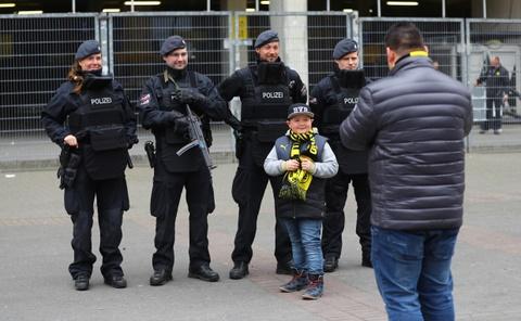 Canh sat ho tong xe buyt cua Dortmund den tan cua SVD hinh anh 3