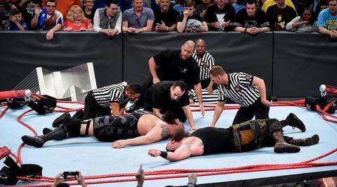 San dau WWE do sap khi hung chiu suc nang gan 350 kg hinh anh