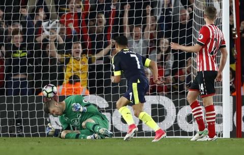 Hang loat cot moc duoc lap trong ngay Arsenal ap sat top 4 hinh anh 4
