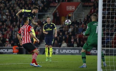 Hang loat cot moc duoc lap trong ngay Arsenal ap sat top 4 hinh anh 7