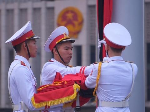 Co to quoc treo ru truoc lang Chu tich Ho Chi Minh ngay quoc tang hinh anh